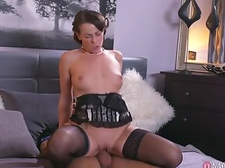 Hot Honey Gets Her Oral Orgasms From Talented Cunt Muncher