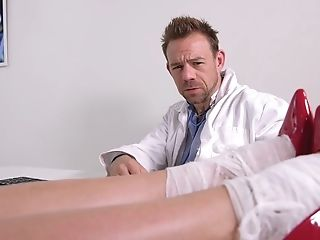 Hot Black-haired Applies Feet Fetish On The Masseuse's Dick