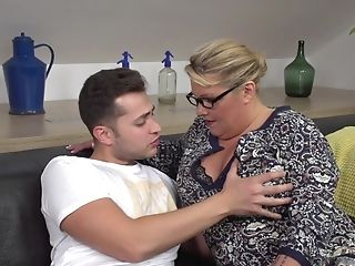 Matures Cougar Kim Van Dyke Likes It When A Youthful Boy Bangs Her